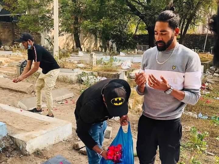 ऑस्ट्रेलिया से लौटने के बाद मोहम्मद सिराज सीधे एयरपोर्ट से अपने पिता के कब्र पर पहुंचे. वहां उन्होंने अपने पिता को भावभीनी श्रद्धांजलि अर्पित की. भारत और ऑस्ट्रेलिया सीरीज के दौरान सिराज के पिता का इंतकाल हो गया था। #mohammadsiraj #siraj