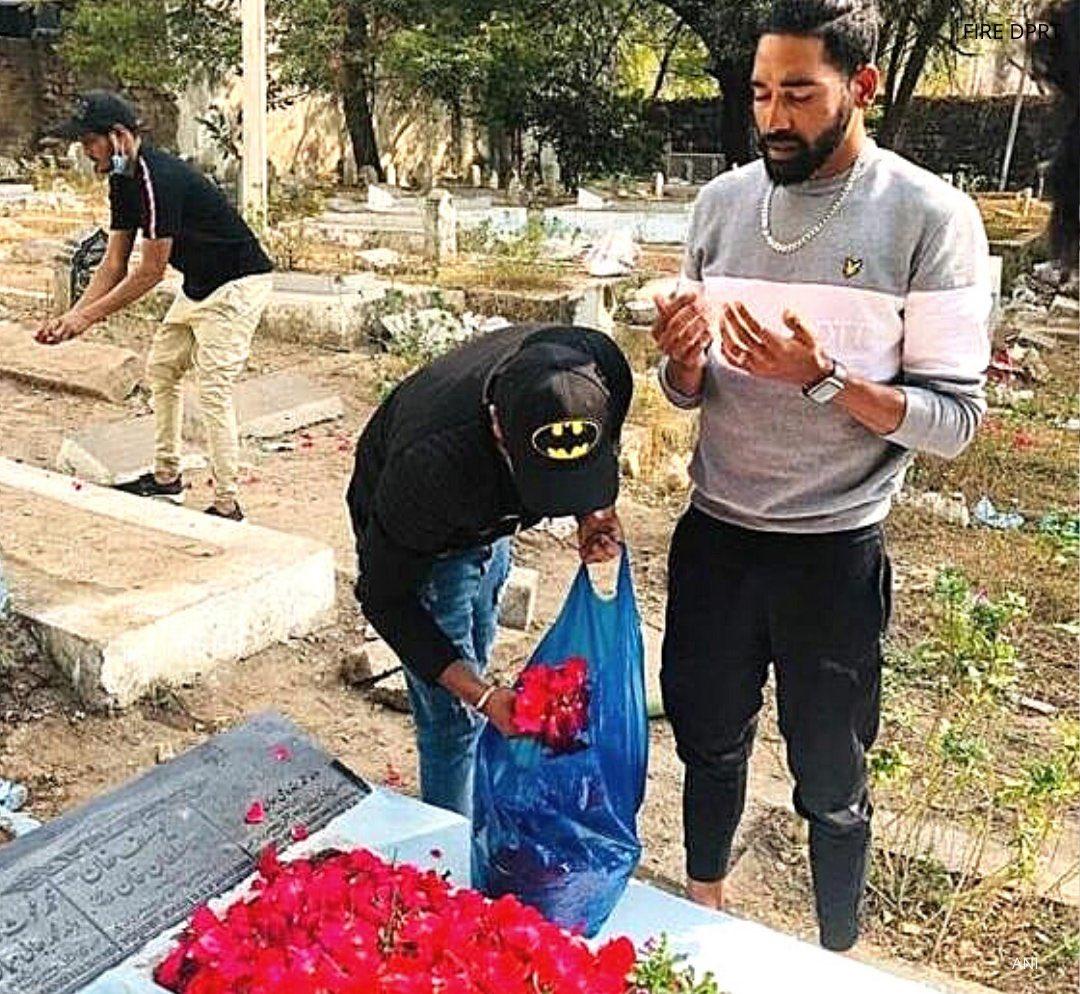 मोहम्मद सिराज अपने पिता की कब्र पर पहुँचे और उन्हें श्रद्धांजलि दी 🙏🏻  #Siraj