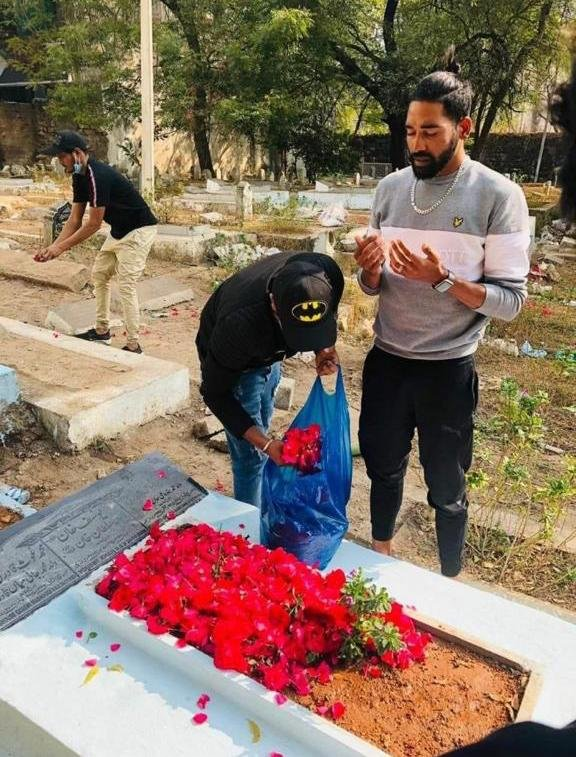 #MohdSiraj chose to stay back in Australia to fulfill his father's dream of playing for India  On returning, #Siraj visited his father's grave & paid tribute in Hyderabad today    #Respect #INDvsAUS #AUSvsIND