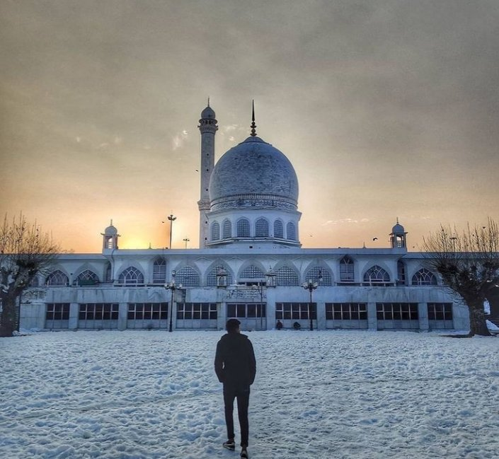 #Allah is the #greatest: A #devotee stands #outside famous #Dargah #Hazratbal #shrine in sub #zero #temperature