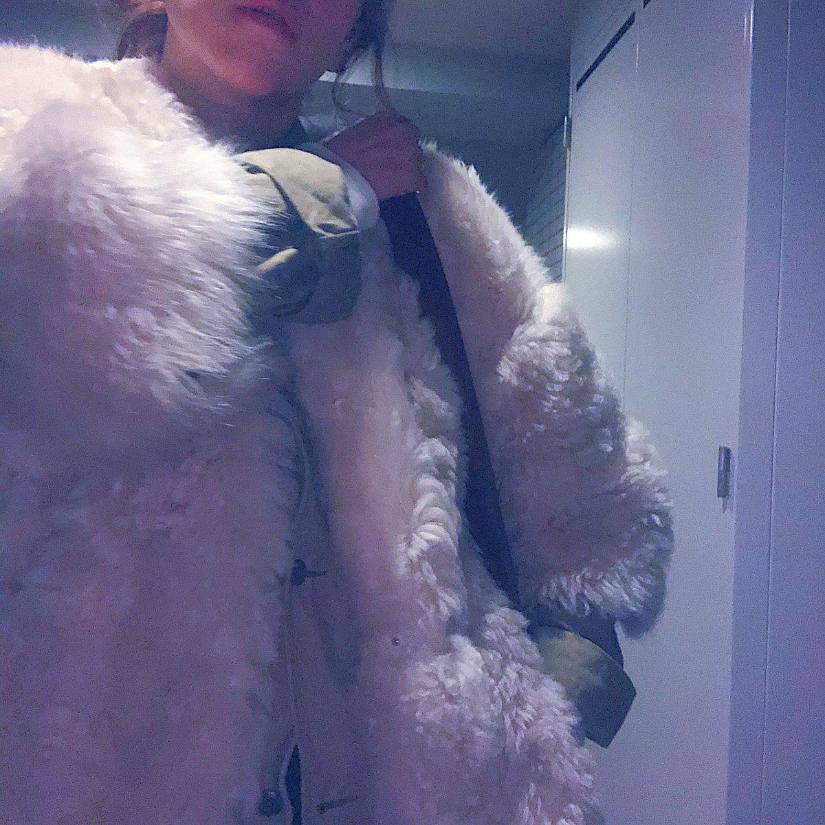 ジャケットをシャツのように着るのも、アウターの中にジャケットを着るのもすき☺️  ファージャケット/sword6644 サーマルプルオーバー/__kitri__ バッグ/chanelofficial シューズ/vans  #fashion  #fashionlover  #ootd  #outfit  #style  #stylist  #styleblogger  #chanel  #vans  #sword