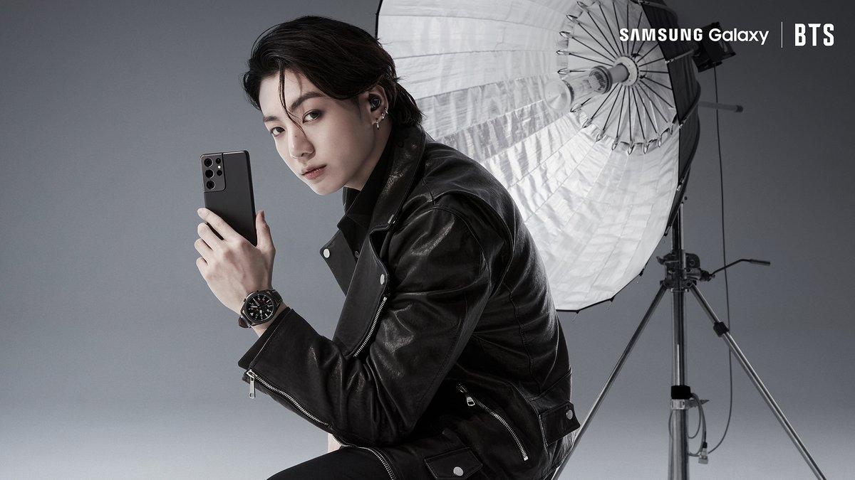 📸: #JungKook do @BTS_twt combinou muito com a elegância do #GalaxyS21. Ou seria o contrário? #GalaxyxBTS Para saber em primeira mão sobre o lançamento no Brasil, faça seu cadastro: