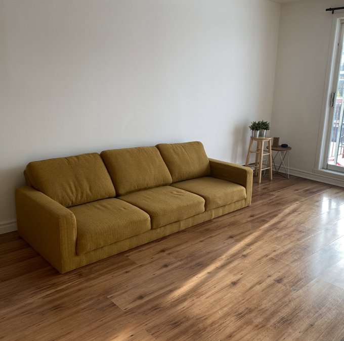 So i got my couch but they forgot the legs https://t.co/h4he5k8UPa