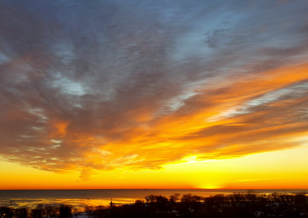 Thursday's Sunrise: Chicago, Lake Michigan - Winter's Wonder!   @JenCarfagno @AMHQ @edjlazar @StormHour  #thursdaymorning #Chicago #sunrisephotography #sunrise #NaturePhotography #nature #winter2021 #thursdaytreat #LakeMichigan