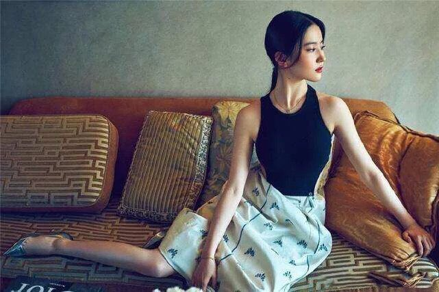 She's the candle's flicker in a room otherwise dark. She's that star in the sky that is shinning brighter than the rest. She's the most expensive, most precious, priceless work of art. Liu Yifei🌷劉亦菲🌷刘亦菲🌷Mulan🌷花木蘭🌷花木兰🌷Crystal Liu #Mulan #liuyifei #花木蘭 #劉亦菲