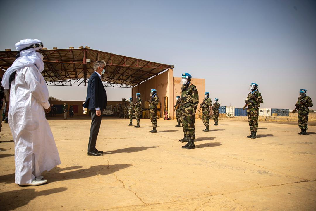 « La visite à #Ménaka avec M. ANNADIF avait pr objectif de rencontrer nos collègues qui travaillent, les autorités, les groupes signataires, la société civile… et faire le point avec tous, des efforts qu'ils ont entrepris pr ramener la #paix et faire cesser la violence,... [1/2]