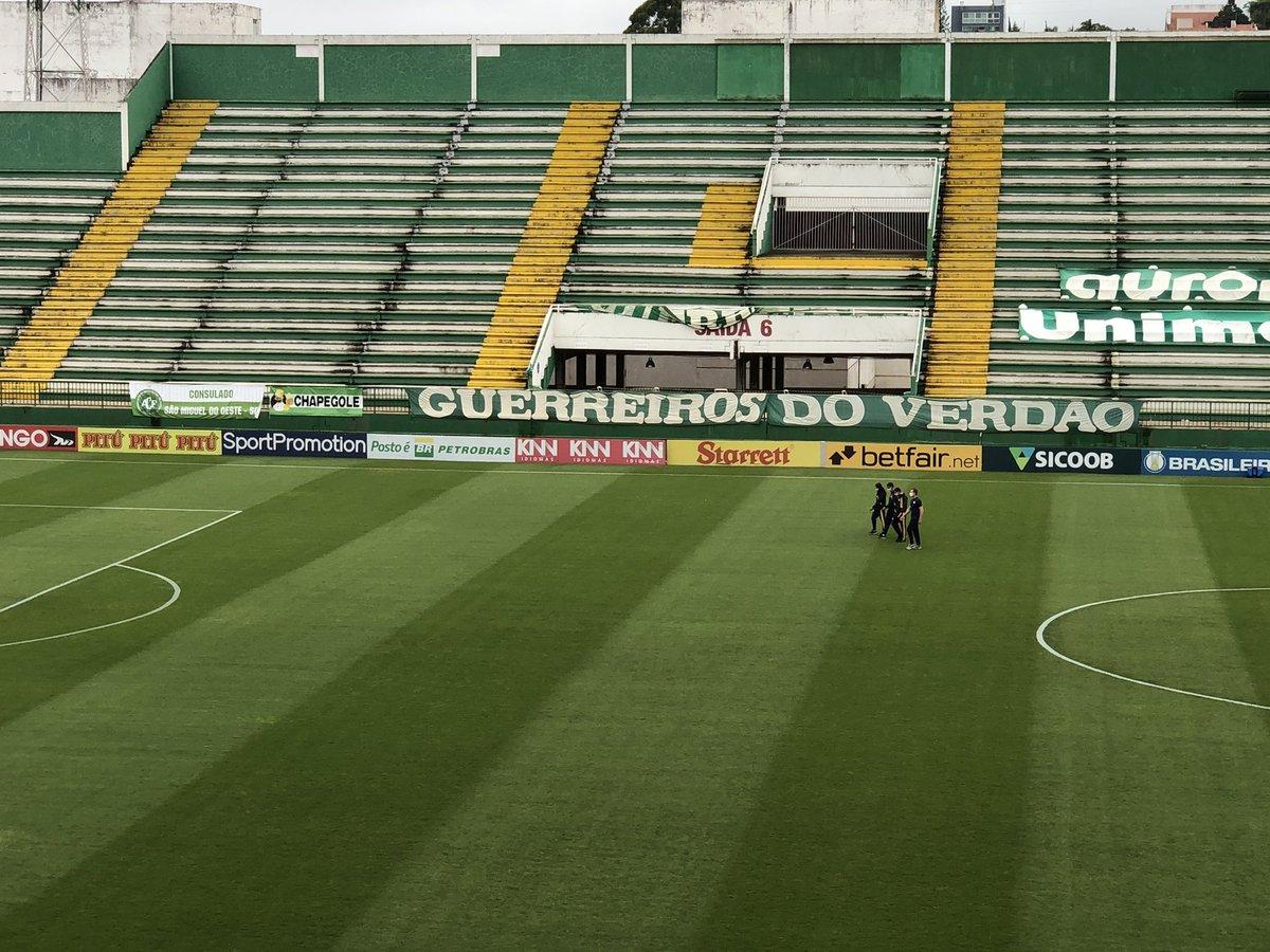 Quarteto de arbitragem no gramado da Arena Condá. Rodrigo Batista Raposo será o responsável de Chapecoense x Ponte Preta https://t.co/7CybJps5Qf