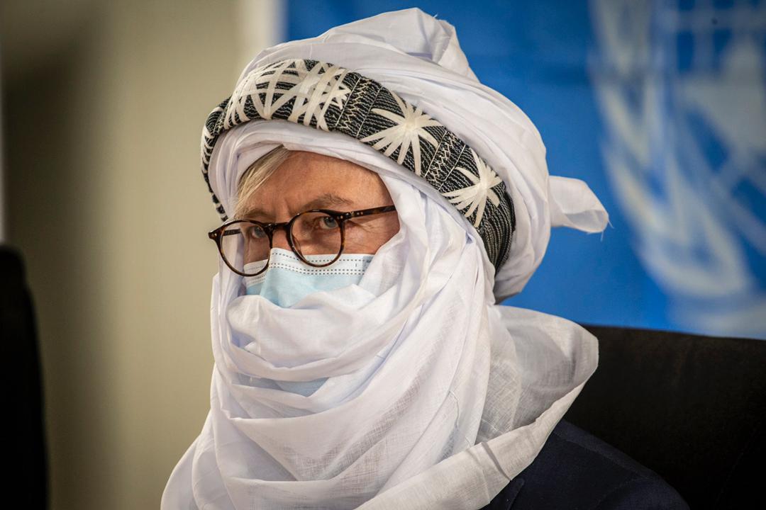 Avant de quitter #Ménaka, le Secrétaire général adjoint a salué et encouragé les efforts consentis par les différents acteurs pour la sécurisation des personnes et leurs biens et pour le retour définitif de la #Paix au #Mali.  @UNPeacekeeping #A4P