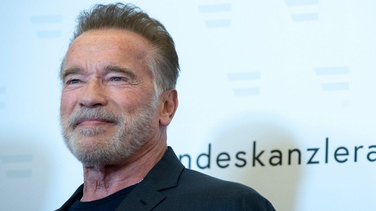 """""""Vengan conmigo si quieren vivir"""": al estilo Terminator, Arnold Schwarzenegger recibe la vacuna contra el coronavirus."""