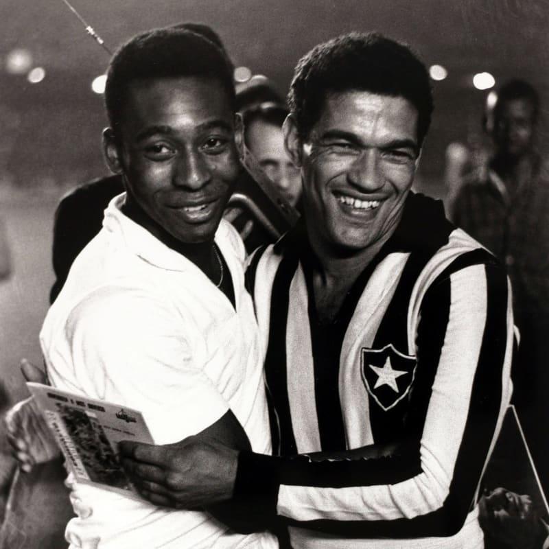 ⚽👑 @Pele 🆚 Garrincha no @maracana!  🎥 Ícones mundiais, eles se enfrentaram na CONMEBOL #Libertadores 1963. Com 3️⃣ gols de Pelé, @SantosFC goleou o #Botafogo por 4-0.  🎥 Íconos del fútbol mundial, se enfrentaron en 1963. Con 3️⃣ goles de Pelé, @SantosFC goleó 4-0 a #Botafogo.