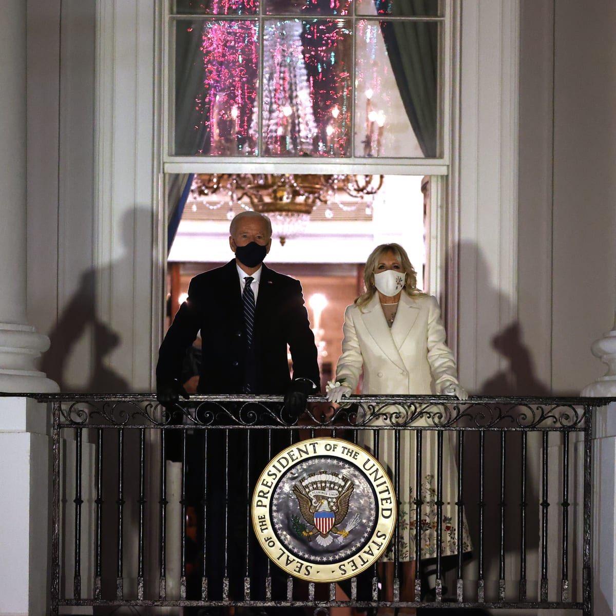 El look final de Jill Biden para el #InaugurationDay fue hecho por Gabrira Hearst, la diseñadora uruguaya que recientemente fue nombrada directora creativa de Chloé.   Su vestido y abrigo representan la unidad, y tienen bordados la flor de cada estado.