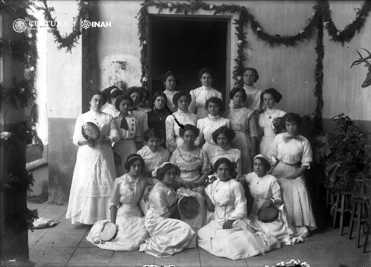 Retrato de grupo alrededor de 1905 21 mujeres jóvenes, algunas con panderos, por lo que posiblemente se trata una celebración. #México, inv. 5586, #LaFotoDeLaSemanaFN @INAHmx #INAH
