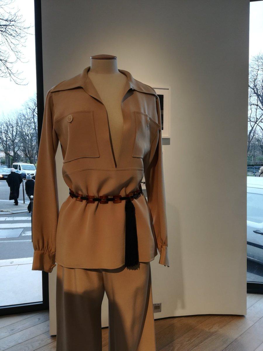 Christie's présente la garde robe de Zizi Jeanmaire, créée par Yves Saint Laurent. Les musées sont fermés, mais on est accueilli par des gens souriants, sur un fond de musique, on peut on peut même essayer les tenues. https://t.co/dy3pFNnBCX
