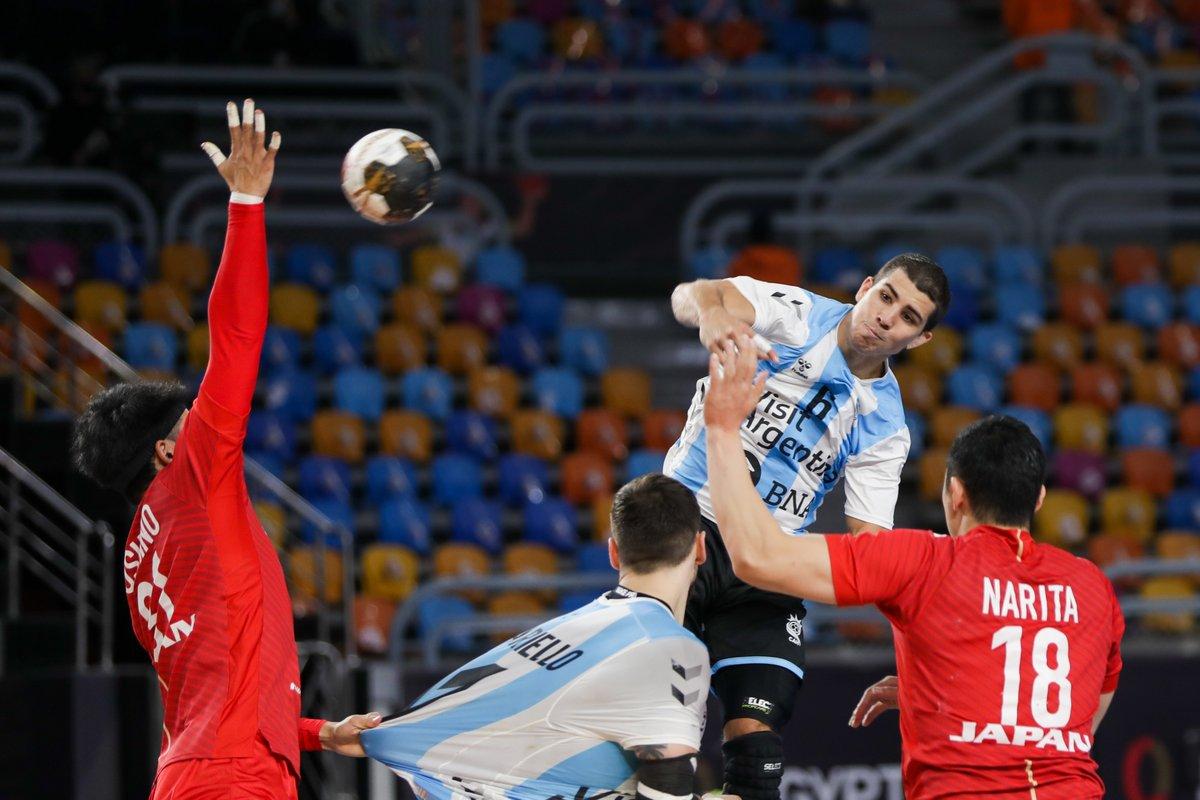MUNDIAL 2021 | Cuidado @JHA_handball que viene la 💣 de @chinosimonet para #LosGladiadores que ganan 26:22 a 4´ del cierre.  #VamosArgentina #Egypt2021  📷 VIVO: @canaldeportv / @DIRECTVSports  📷 IHF https://t.co/uBGXaj8yK5