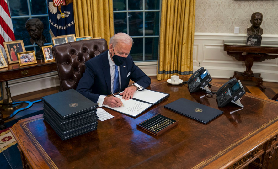 President Biden has removed the Diet Coke button. When @ShippersUnbound and I interviewed Donald Trump in 2019, we became fascinated by what the little red button did. Eventually Trump pressed it, and a butler swiftly brought in a Diet Coke on a silver platter. It's gone now.