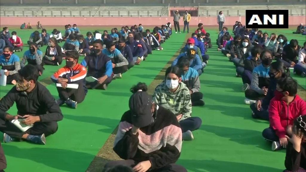 """दिल्ली: उपमुख्यमंत्री मनीष सिसोदिया ने छत्रसाल स्टेडियम में एक कार्यक्रम के दौरान खिलाड़ियों को पुरस्कार राशि वितरित की।  उन्होंने कहा, """"आज दिल्ली खेल में भी नंबर 1 है। पिछले 3 साल से स्कूलों के खेल में हमारे बच्चे लगभग 1,000 मेडल लेकर आते हैं।"""""""