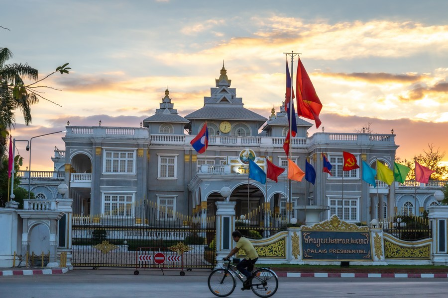 The China-Laos relationship is now at its historical best, Chinese President Xi Jinping said in a telephone conversation with Thongloun Sisoulith, general secretary of the Lao People's Revolutionary Party (LPRP) Central Committee