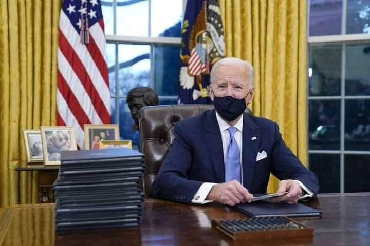 PHOTO OF THE DAY : President Joe Biden resumes at Oval Office.  #AmericaOrTrump #InaugurationDay