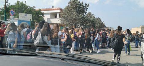 Covid19 a scuola, transenne davanti agli istituti e volontari anti assembramento - https://t.co/iavtAHQA71 #blogsicilianotizie