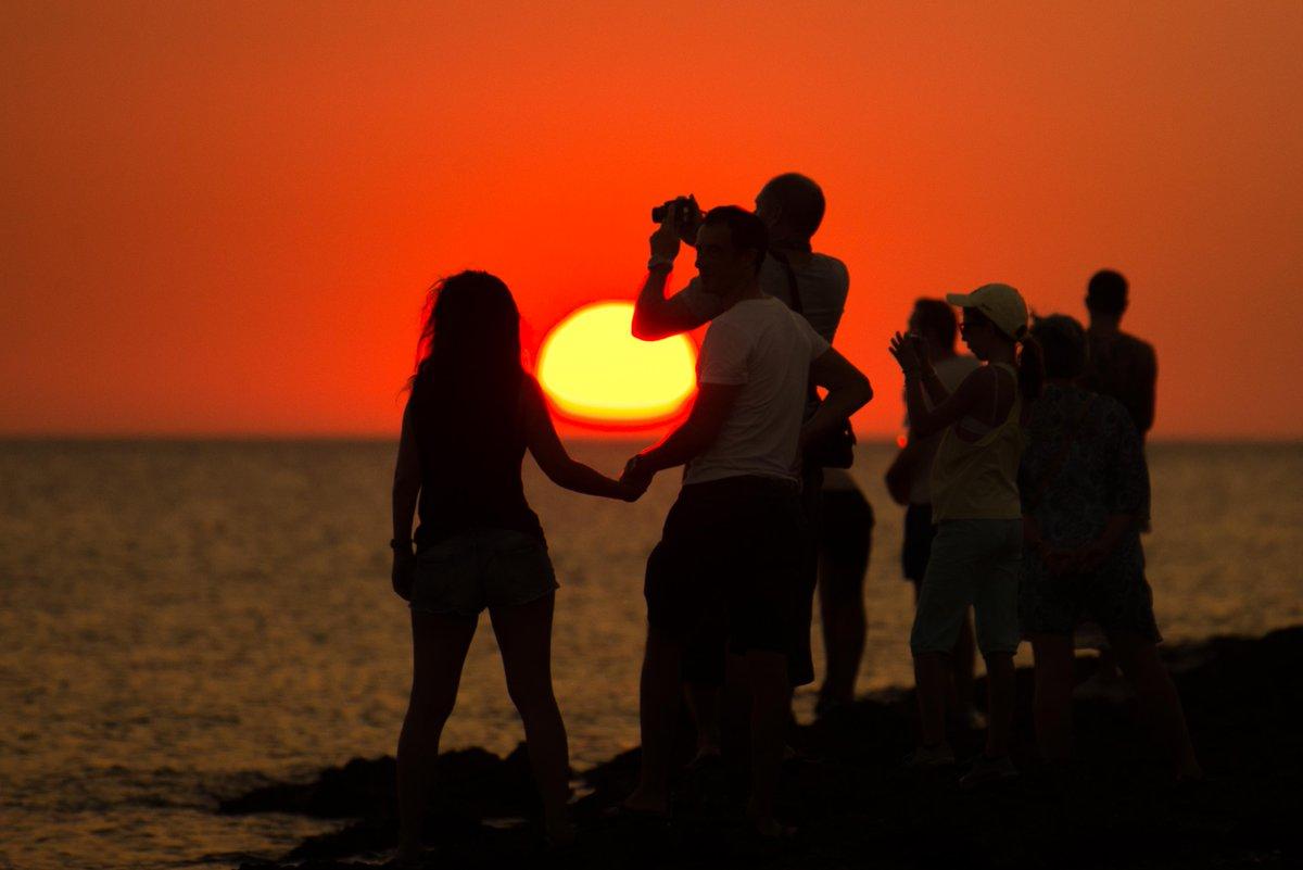 """Sunshine, everybody loves the sunshine Sunshine, folks get down in the sunshine Sunshine, folks get brown in the sunshine""  - Roy Ayers 🌞🌅😎 https://t.co/8NUKYpVhID https://t.co/4onYZ7rDdm"