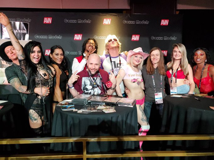 2 pic. Take me back to AVN 2020 where everything was Litttyyy during the pre Covid days. You already