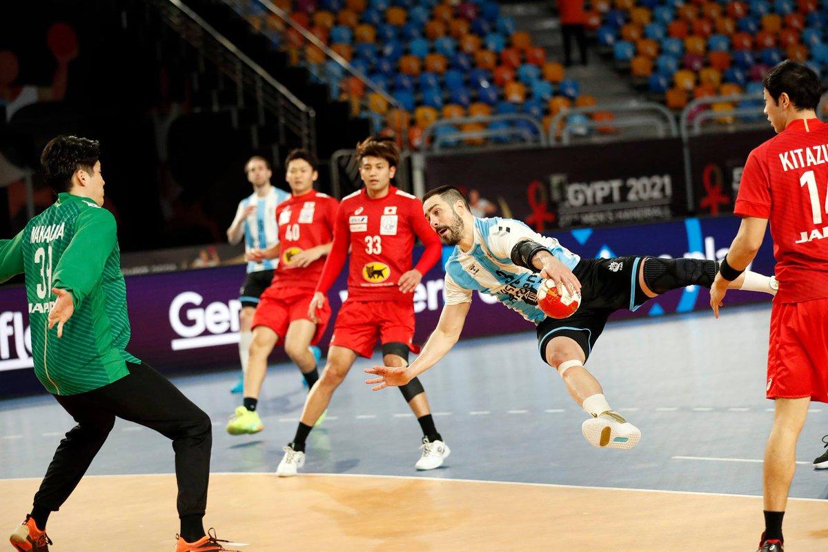 #Handball Mundial #Egypt2021 #Cairo 📷IHF ::  Triunfazo de Argentina 28-24 ante Japón en el arranque de la 2da ronda  🇦🇷😄🇯🇵 #LosGladiadores van en busca de los cuartos de final y este sábado 14hs (DeporTV, DirecTV) enfrentan a Croacia 💪 Posiciones👉https://t.co/WLET1ezznu https://t.co/AkECeGPpjH