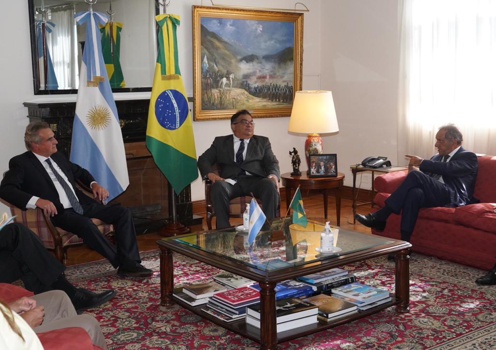Con Flavio Viana Rocha y el ministro @RossiAgustinOk continuamos las conversaciones para una potencial compra del vehículo 6x6 Guaraní que IVECO fabrica en Minas Gerais, Brasil.   También surgió la idea de la creación de una fuerza binacional para el patrullaje marítimo conjunto. https://t.co/lsq1JISUws