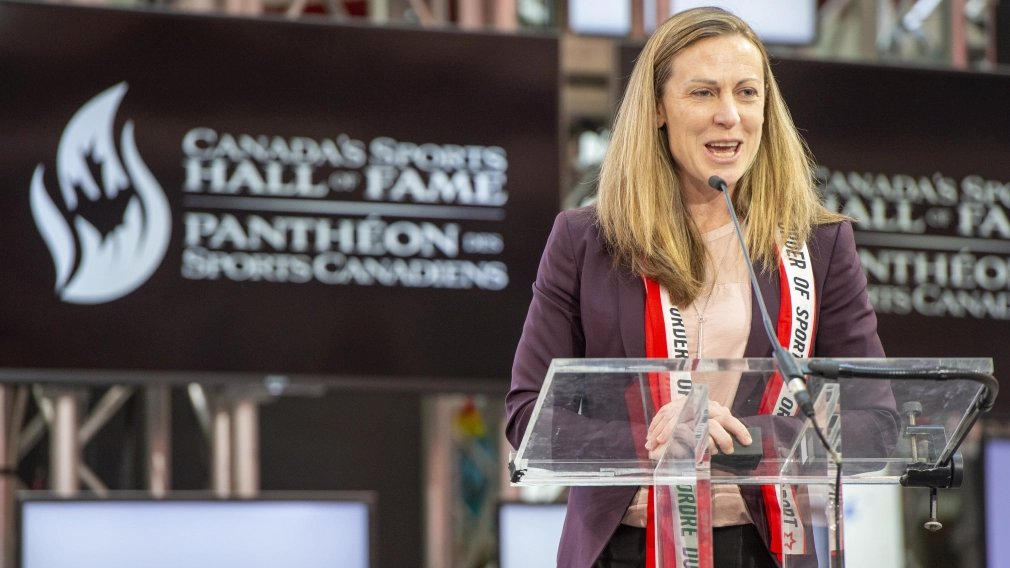 In her post-playing career, four-time Olympic 🥇 medallist Jayna Hefford has been busy: • Behind the bench as an assistant coach • Working on promoting & advancing professional women's 🏒 in North America 💪 See what else she has been up to ➡️ bit.ly/35XgDp1