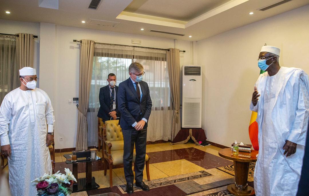 Plus tard, le Président de la Transition, Bah NDAW, a reçu en audience @Lacroix_UN accompagné du RSSG ANNADIF. M. LACROIX qui était venu s'enquérir de la situation au #Mali, a pu aborder avec le Président NDAW les progrès qu'il a constaté durant sa visite et... [1/2]