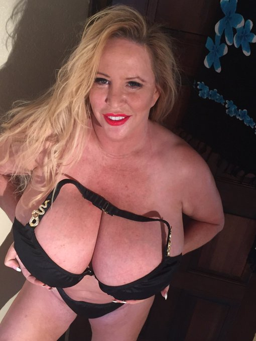 For throwback Thursday I just uploaded a video for your pleasure on https://t.co/kMTXA4aFN4   #BigTits