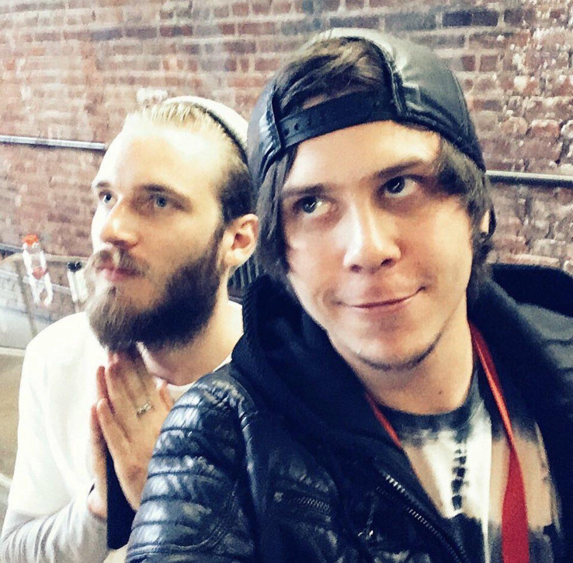 ✔️❌PREGUNTA 13  ✔️VERDADERO  Rubius conoció a PewDiePie en el evento secreto de youtube en Nueva York