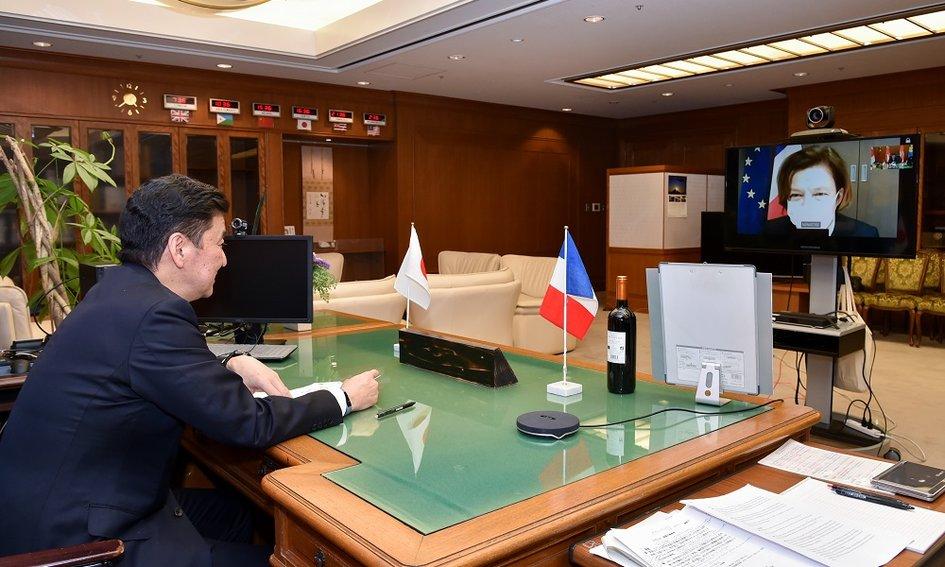 フロランス・パルリー軍事大臣@florence_parly は1月15日、岸防衛大臣 @KishiNobuo  とテレビ会談を実施しました。両大臣はこの機会に、早期に東京で外務・防衛閣僚会合「2+2」を実施する意志を確認しました。@ModJapan_jp @Armees_Gouv   詳細 : https://t.co/6sXGz6tX8h https://t.co/SaOt37xKpK
