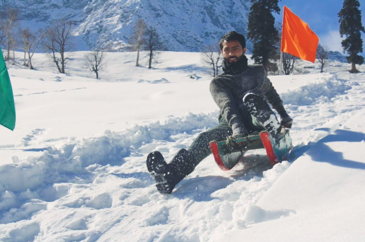 #snow #Kashmir   Some friends in Kashmir are surely having fun 😊   Missing the place 😌