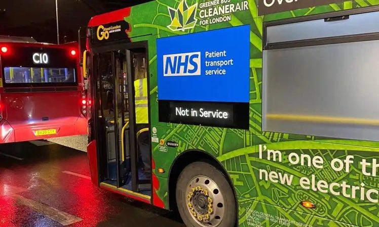 📸 صور  #المملكة_المتحدة 🇬🇧  حافلات #لندن تتحول إلى سيارات إسعاف لتخفيف الضغط الذي يفرضه #فيروس_كورونا على القطاع الصحي، حيث تمت إزالة معظم المقاعد في الحافلات ذات الطابق الواحد بحيث يمكن لكل حافلة نقل ٤ مرضى.