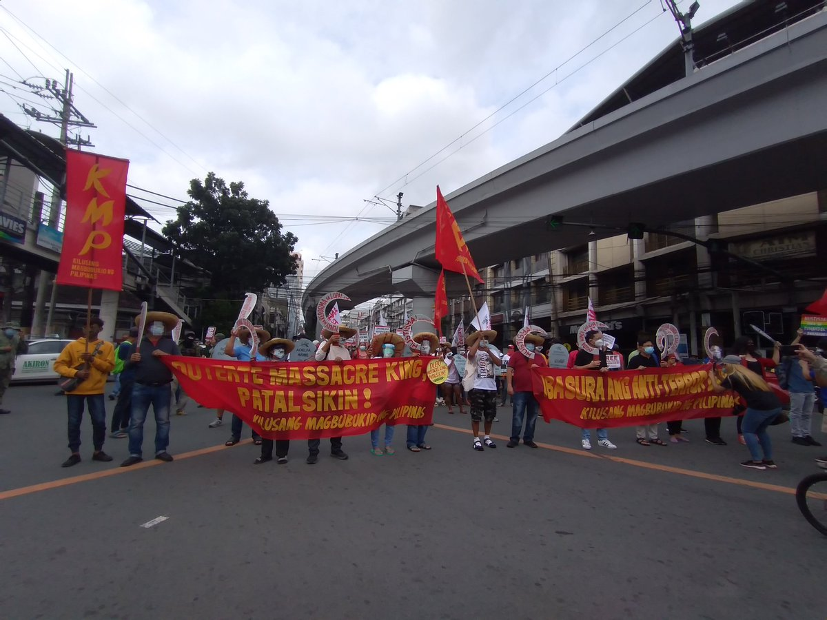 Farmers, other protesters now here at the foot of Chino Roces (formerly Mendiola) bridge