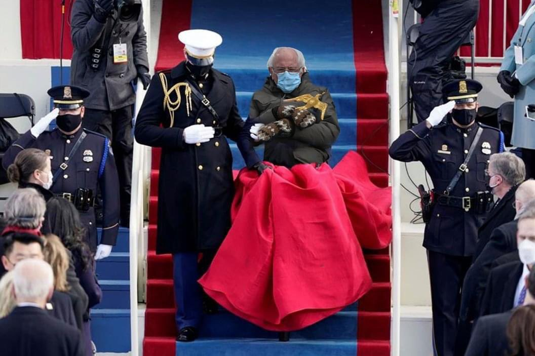The red in @SenSanders dress really brought out the gloves. #InaugurationDay #BernieSanders #Berniememes @ladygaga