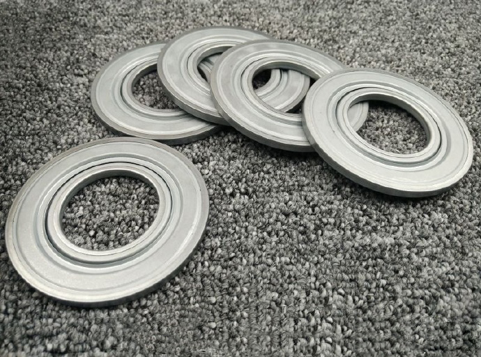 Bearing rotary oil seal, bearing dustproof golden partner, applied to automotive, chemical machinery, pharmaceutical machinery, agricultural machinery and other special complex environment dustproof requirements, effective protection of bearing operation to extend product life.