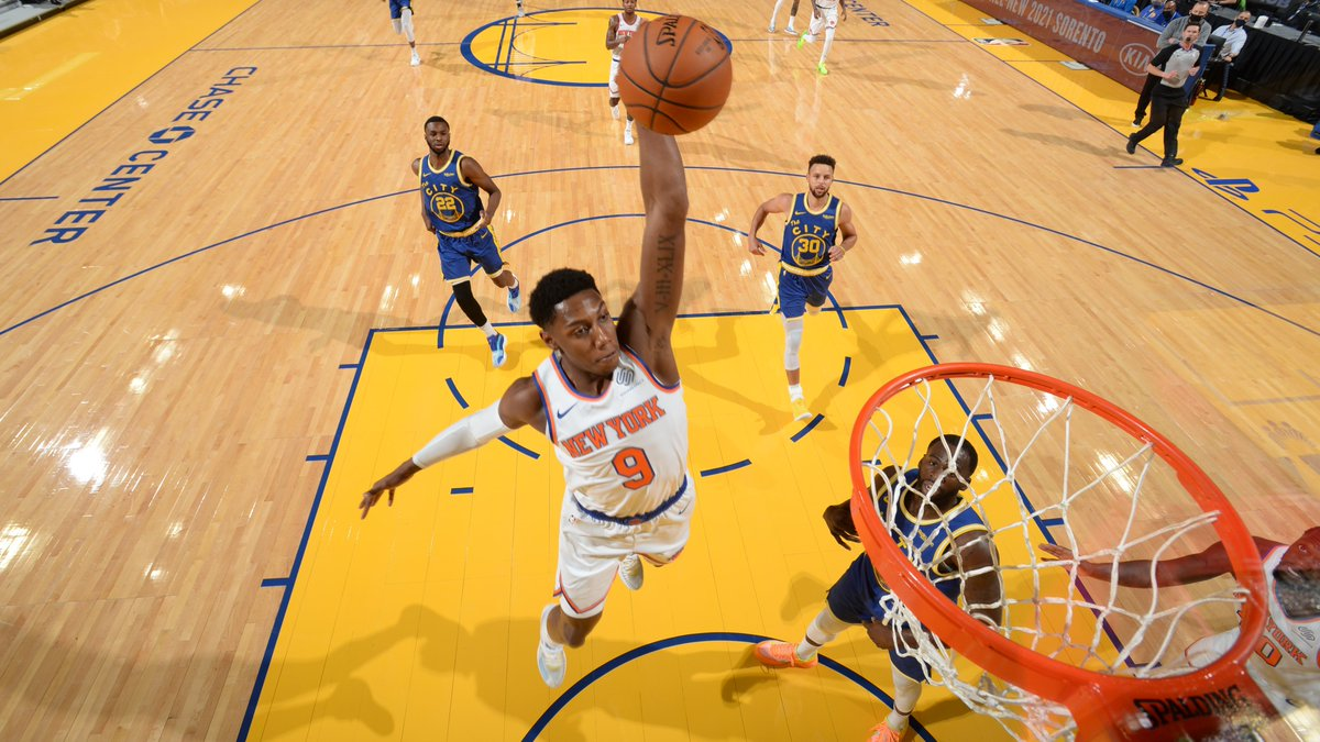 RJ Barrett (18 PTS) and the @nyknicks take a 63-57 edge into the half on NBA League Pass!  Julius Randle: 12 PTS, 5 REB, 5 AST Steph Curry: 20 PTS, 3 3PM  WATCH FREE: https://t.co/eeN7m44YSJ https://t.co/81KMs3t8pB