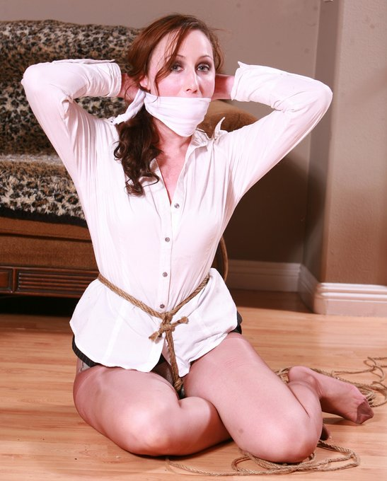 2 pic. Fiona Murphy Prides herself in being an Escape Artist capable of wriggling & squirming out of