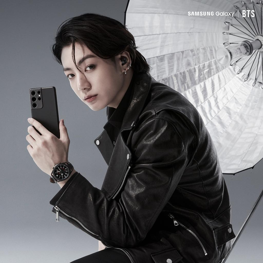 📸: @BTS_twt ekibinden #JungKook'un #GalaxyS21 ile verdiği poza kaç tane 💜 gelir? #EfsaneAnlar etiketiyle paylaşmayı unutmayın! #GalaxyxBTS  Detaylı bilgi için: