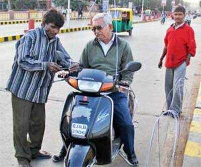 @jellyx20 learn from #Ahmedabad  put a hard wire in front of your scooter/motorbike during #MakarSankranti it cost you hardly around 50₹