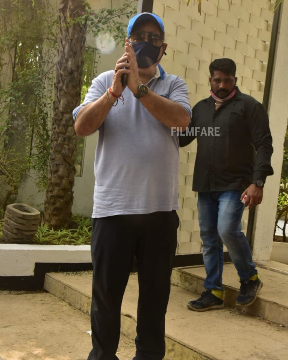 #DavidDhawan greets the paparazzi gathered at #VarunDhawan and #NatashaDalal's wedding venue in Alibag.@Varun_dvn