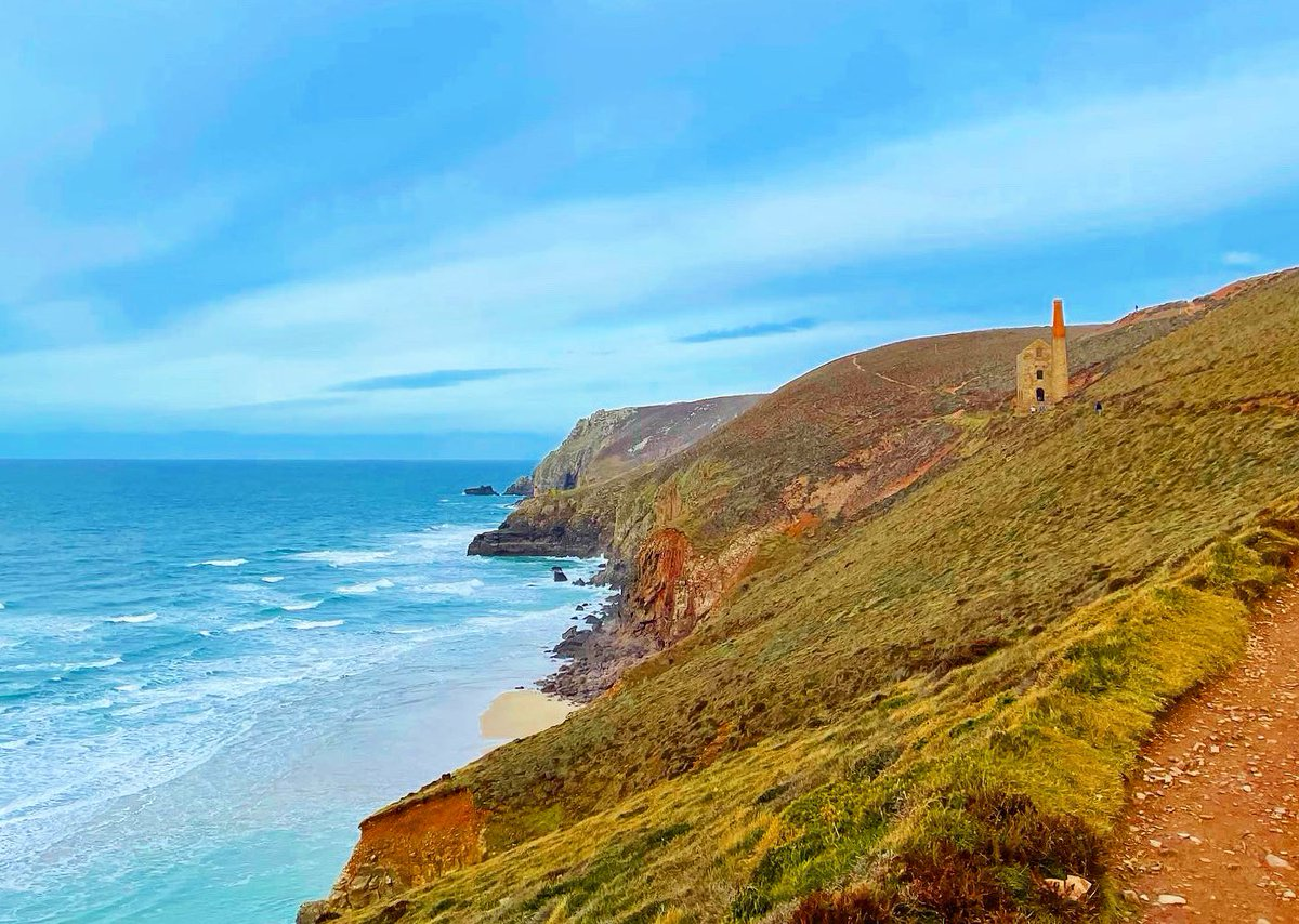 Quite possibly my most photographed section of the coast in #Cornwall - but, when she looks this good, she deserves to be snapped over and over again 💛  H A P P Y  F R I D A Y 🥳  Who else is glad the weekend is upon us and will be heading out for a (local) walk? 💛