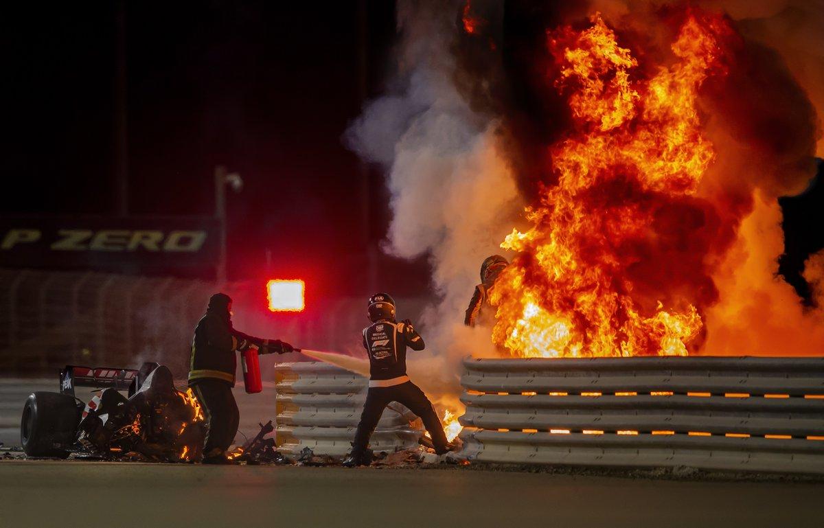 Romain Grosjean ontsnapte eigenhandig aan de vlammenzee in Bahrein. Was dit het meest spraakmakende Formule 1-moment van 2020?  #BahrainGP #HaasF1Team #Grosjean #F1 https://t.co/kf0XIuXLat