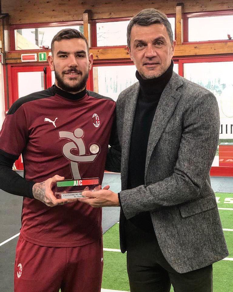 """⭐️ """"Calciatore del mese AIC"""" - dicembre 2020 (Serie A)   @TheoHernandez premiato da chi nella storia di questo sport ha lasciato un segno sulla fascia sinistra.  #aicmvp"""