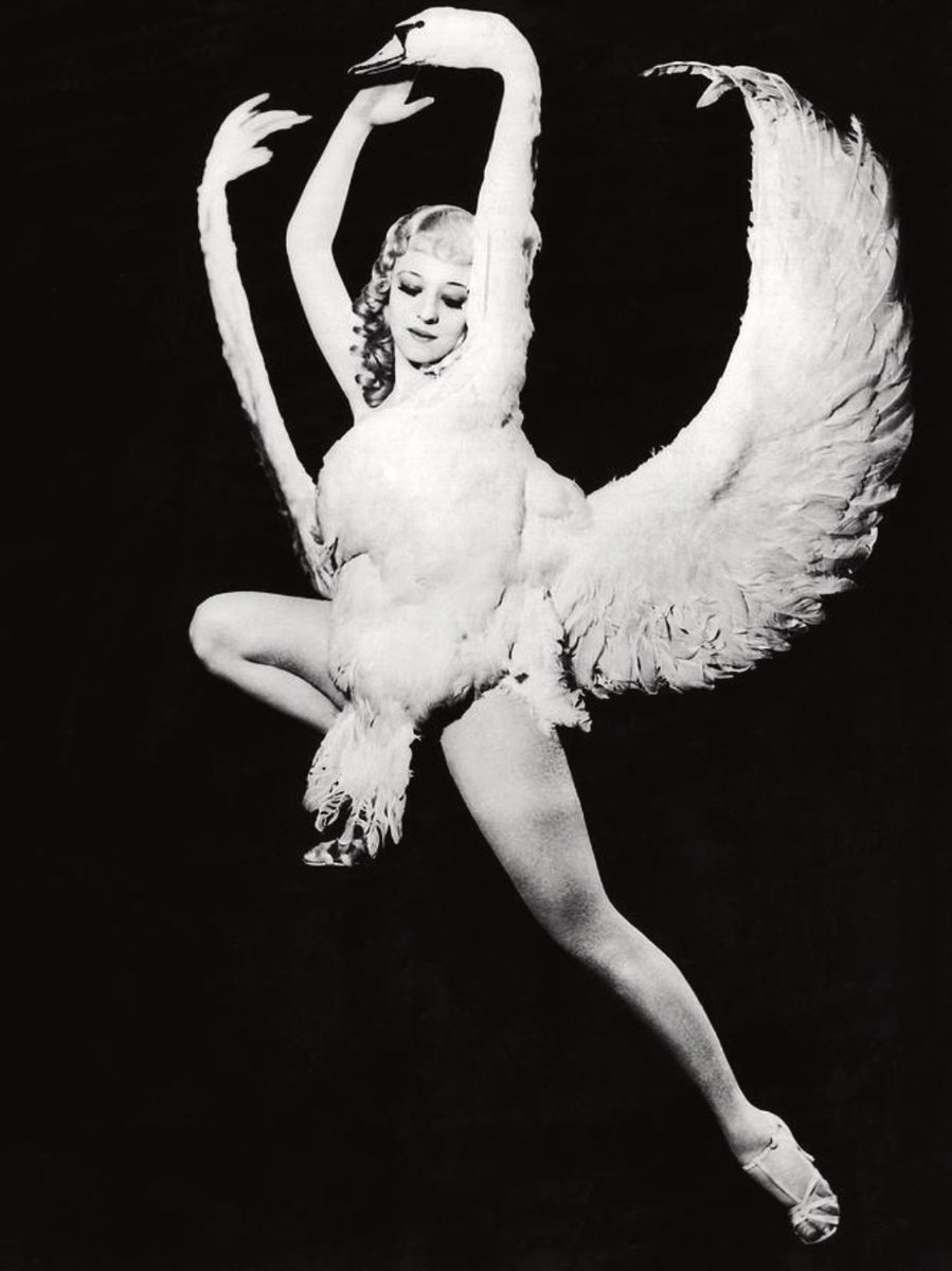 The sensational Sally Rand. Vintage inspiration for a fabulous, fun, flirty Friday. 🦢    💋Get a FREE gift with every purchase  #lingerie  #tassels #pasties #bodyart #bodyjewelry #boudoir #vintageglam #burlesque #appeeling #appeelingvip  #vintagestyle  #sassy #sexy #vintagevibe