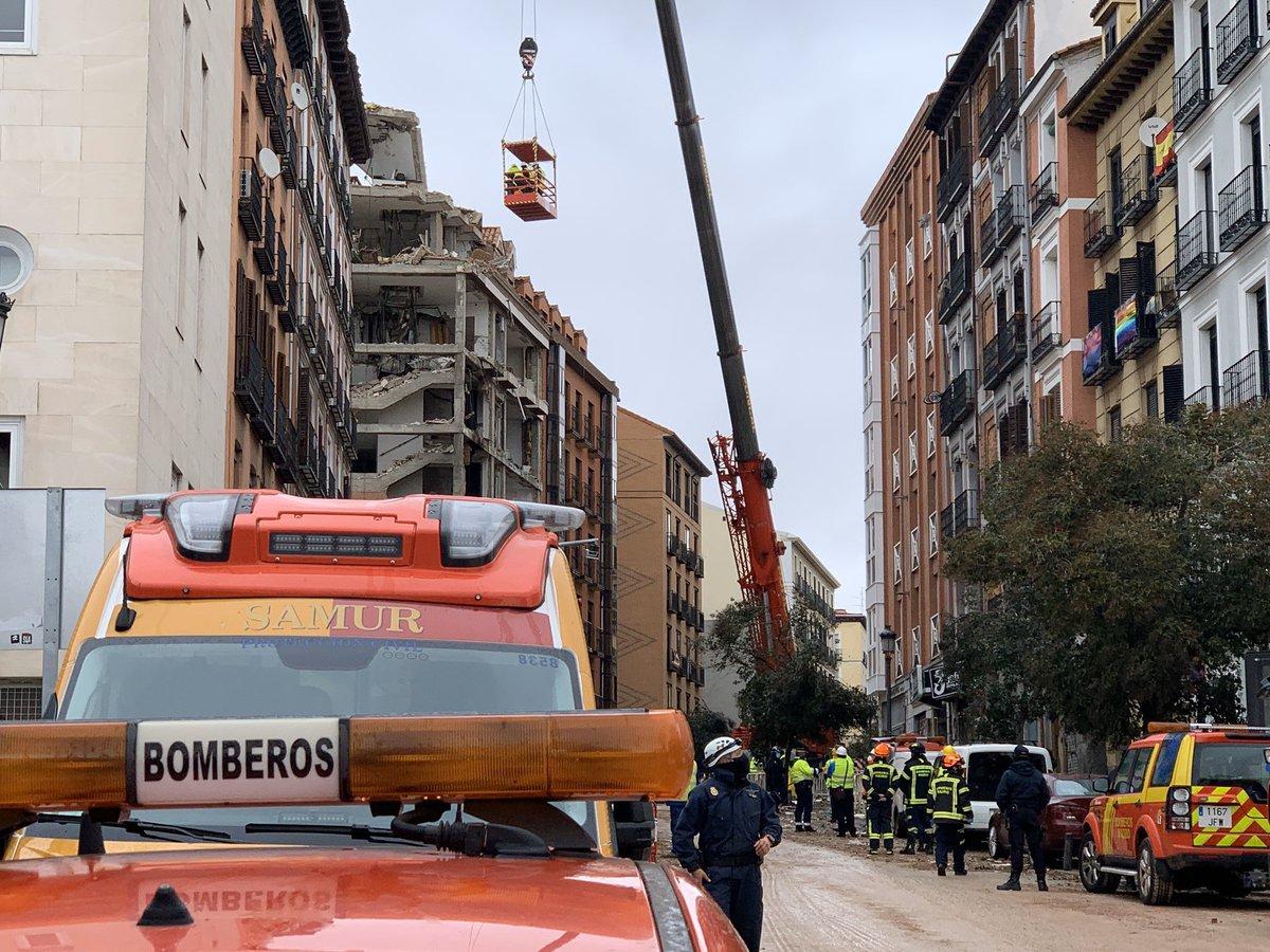 @BomberosMad trabaja en la zona afectada por la #explosión retirando elementos inestables y dando seguridad a los técnicos de edificación de @MADRID, que continúan revisando el edificio siniestrado y los colindantes para evaluar los daños y determinar las acciones a desarrollar.