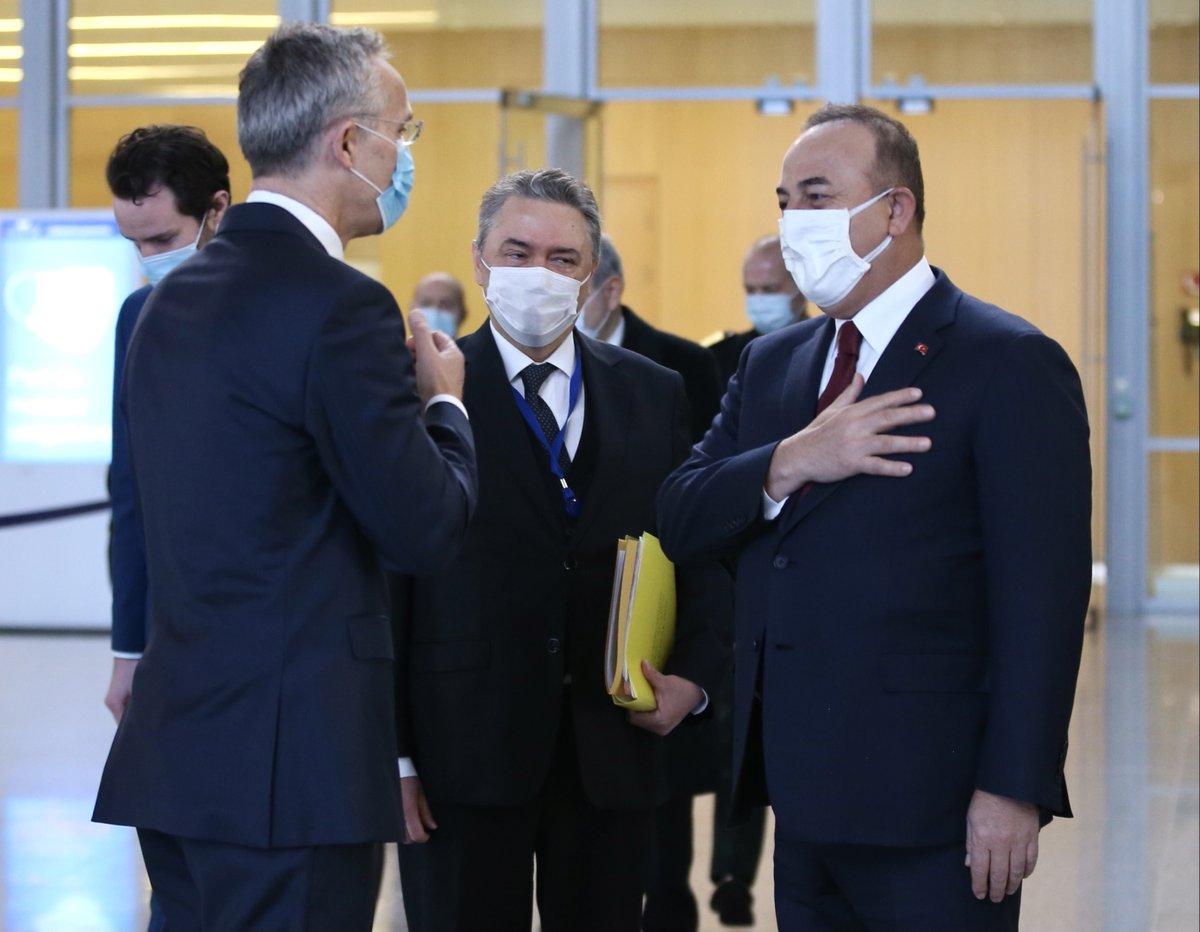"""وزير الخارجية التركي مولود جاوش أوغلو يلتقي أمين عامّ حلف شمال الأطلسي """"ناتو"""" ينس ستولتنبرغ في مقرّ الحلف بالعاصمة البلجيكية #بروكسل"""