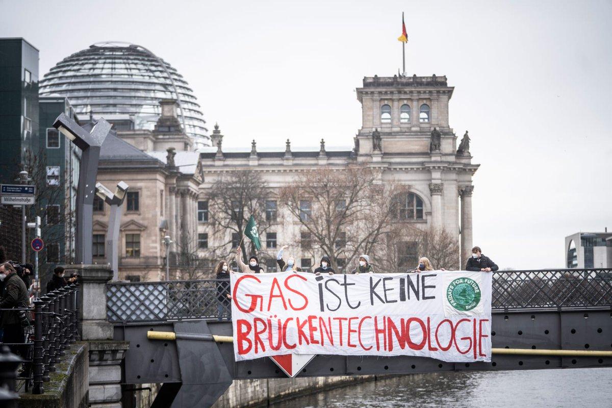 Heute machen wir u.a. in Rostock, Berlin, Heidelberg, Hannover, Freiburg klar: Gas ist keine Brückentechnologie. Mit Gas fahren wir #VollgasInDieKrise. Um die #Klimakrise zu bekämpfen müssen wir jetzt unsere fossile Abhängigkeit stoppen und die gerechte Energiewende einleiten! https://t.co/GHNFvJsJK4