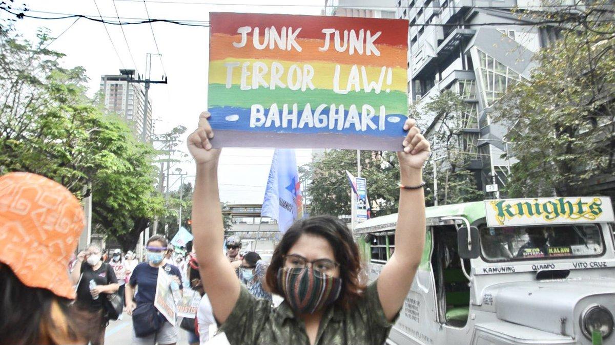 Ngayong araw, kaisa ang LGBTQ+ sa paggunita ng pang-34 na anibersaryo ng Mendiola Massacre. TUNAY NA REPORMA SA LUPA, IPAGLABAN! DUTERTE, MASSACRE KING, PATALSIKIN! #MendiolaMassacre34 #DuterteMassacreKing #OustDuterteNOW
